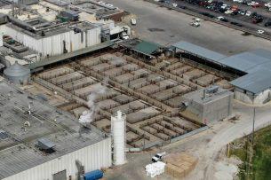 Het terrein waar normaal runderen staan bij een slachterij van Tyson Foods in Joslin, Illinois, is leeg. Veel slachterijen leggen hun productie stil vanwege het coronavirus. - Foto: ANP