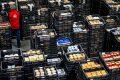 Supermarkten liepen door hamstersessies aan tegen een beperkt aantal vrachtwagens voor belevering en het toenemende aantal online bestellingen. - Foto: ANP