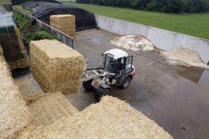 Foeragehandel levert stro af op melkveebedrijf. (Archiefbeeld.) - Foto: Bert Jansen