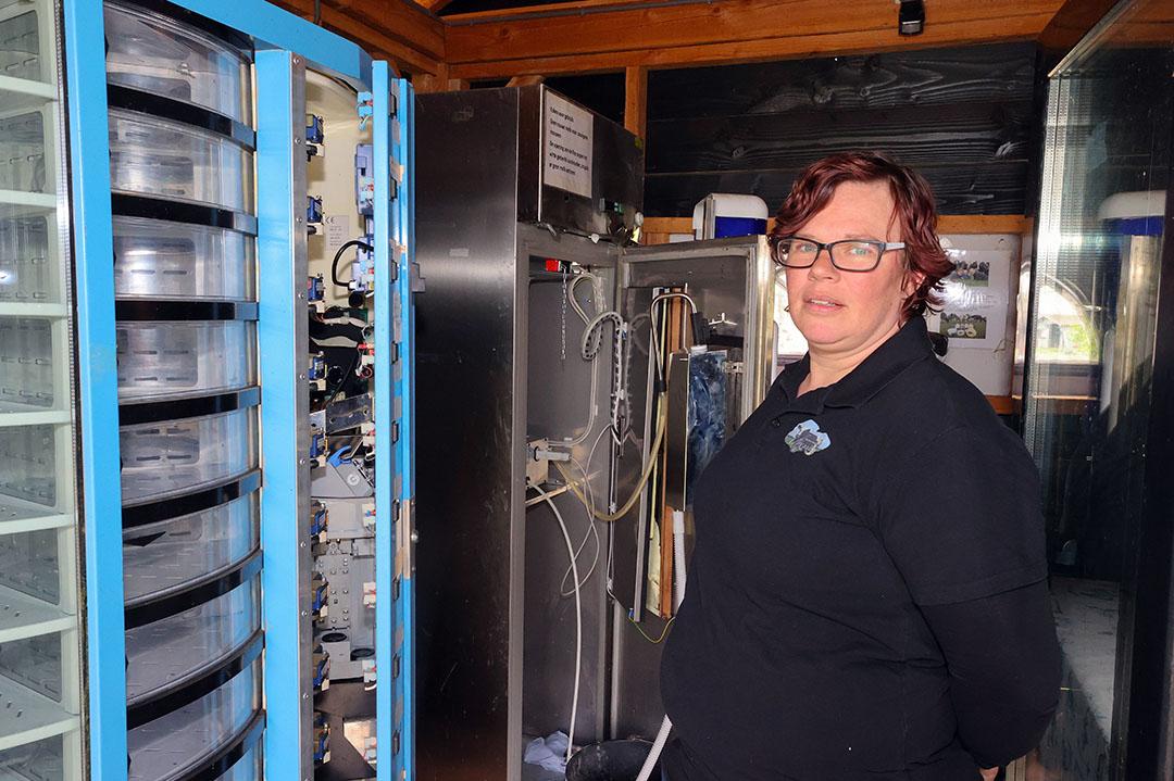 Belinda Avezaat bij de opengebroken zuivelautomaten. Samen met haar man John Avezaat houdt Belinda 60 melkkoeien in Leveroy (Limburg). Ze startte in 2017 met zelfzuivelen en de verkoop van zuivel aan huis na de standstill die FrieslandCampina destijds oplegde.
