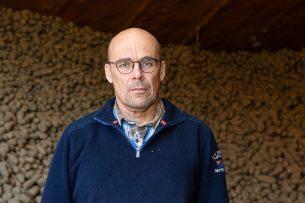 """Akkerbouwer Kees Trouw krijgt op zijn best €100.000 compensatie. Maar: """"Wat ik in de schuur heb liggen, vertegenwoordigde een waarde van €450.000."""" - Foto: Peter Roek"""