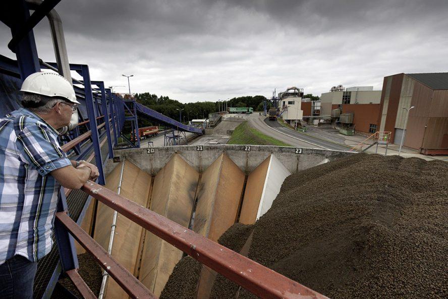 Aardappelaanvoer bij de fabriek van Avebe in Gasselternijveen. - Foto: Jan Willem van Vliet