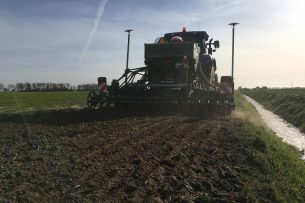 Het zaaien van een akkerrand. Hiermee willen boeren voorkomen dat gewasbeschermingsmiddelen in het water terecht komen én natuurlijke plaagdierbeheersing stimuleren. - Foto: Agrarische Natuur Drenthe