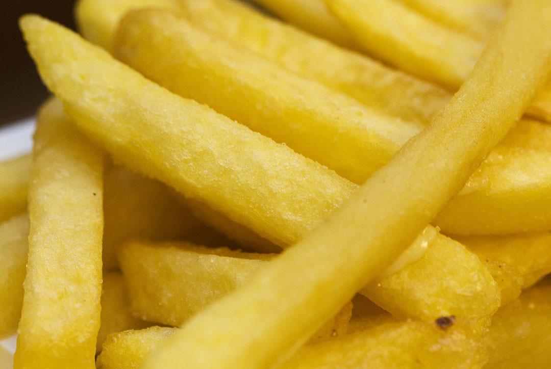 Frites. De vraaguitval naar bijvoorbeeld frites in de horeca (als gevolg van de coronacrisis) is een van de oorzaken dat de aardappelverwerkende industrie in problemen kwam. - Foto: ANP