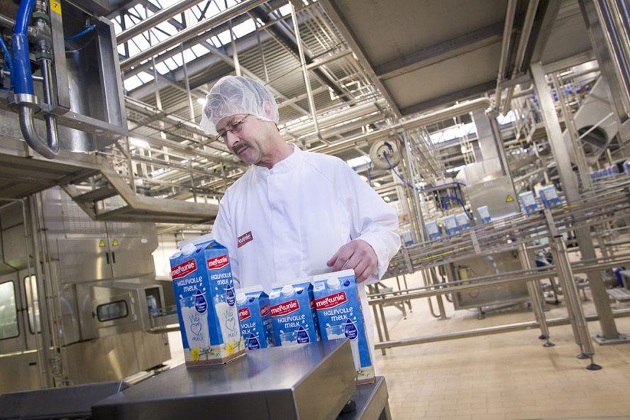 De productie van melk bij Melkunie, onderdeel van zuivelonderneming Arla Foods Nederland. - Foto: ANP