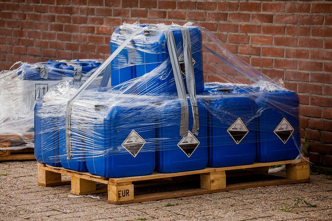 Verdacht materiaal wordt in beslag genomen bij een Nederlands bedrijf in 2017, in verband met de fipronil-affaire. - Foto: ANP