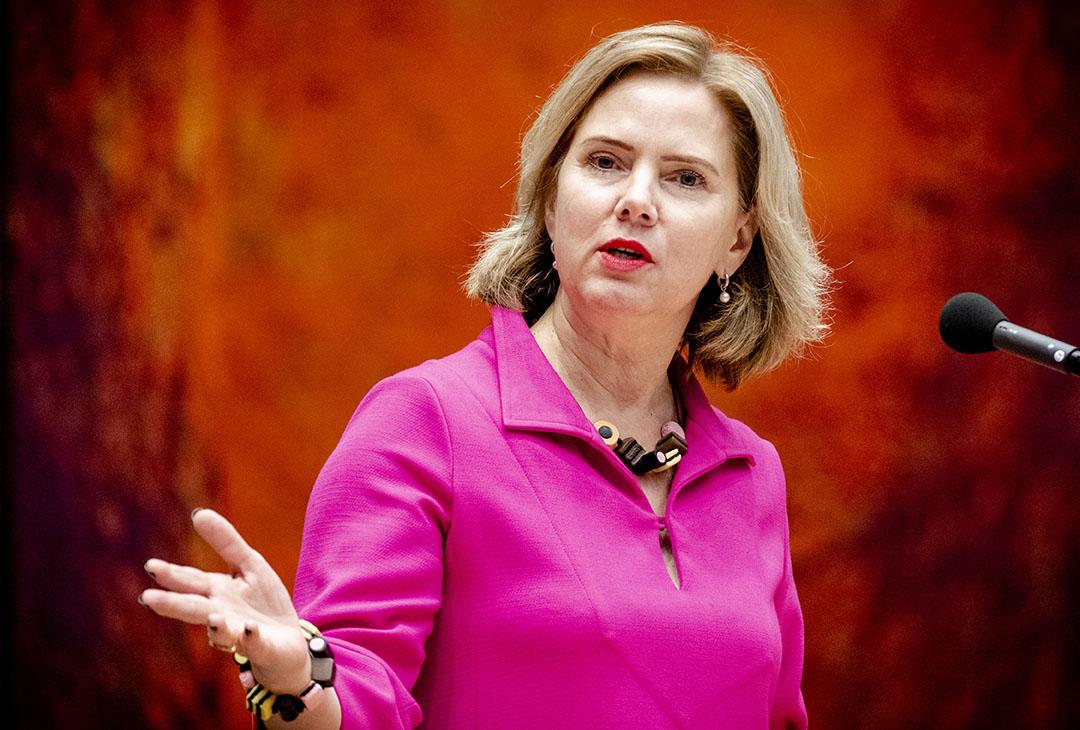Voor minister Cora van Nieuwenhoven zal het een hele opluchting zijn dat het wetsvoorstel voor de invoering van de registratie- en kentekenplicht voor landbouwtrekkers is aangenomen. Een dwangsom uit Brussel dreigde.- Foto: ANP