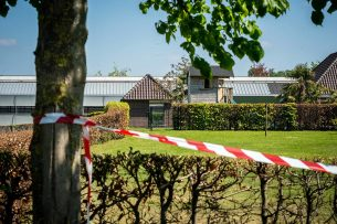 Linten bij een nertsenhouderij. De boerderij werd gesloten nadat bleek dat dieren besmet waren geraakt met het coronavirus. - Foto: ANP
