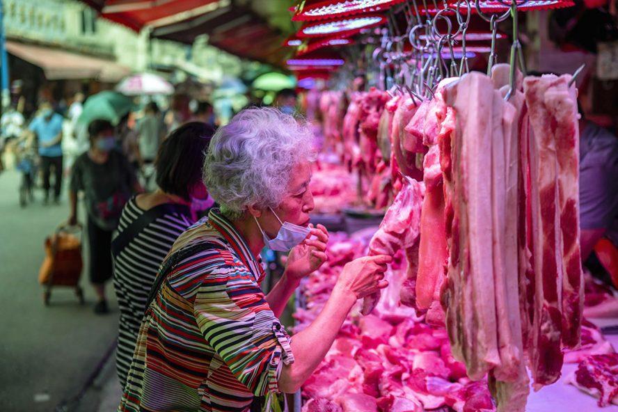 Licht herstel is zichtbaar in de vraag naar vlees vanuit onder meer China, maar niet genoeg om een verdere daling van de vleesprijzen te voorkomen. - Foto: ANP