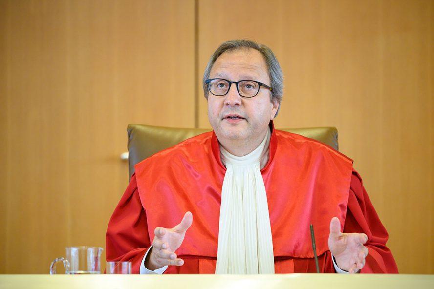 Voorzitter van het constitutionele hof in Karslruhe, Andreas Vosskuhle, tijdens de uitspraak in de zaak tegen het opkoopprgramma van de ECB. - Foto: ANP