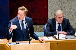 Minister Hugo de Jonge van Volksgezondheid, Welzijn en Sport en minister Martin van Rijn (rechts) voor Medische Zorg, tijdens een debat in de Tweede Kamer. - Foto: ANP