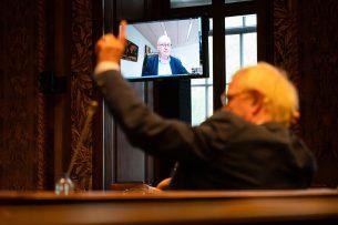 Eurocommissaris Phil Hogan spreekt via een videoverbinding met de Eerste Kamer over handelsverdrag Ceta. - Foto: ANP