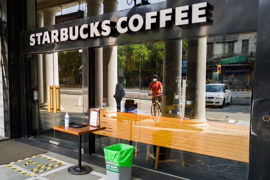 Starbucks-filiaal in New Delhi, India. - Foto: ANP
