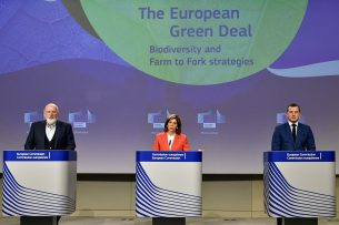 Op 20 mei presenteerden Eurocommissarisen Frans Timmermans, Stella Kyriakides en Oceans Virginijus Sinkevicius (vlnr) de Boer-tot-Bordstrategie om de landbouw te verduurzamen. - Foto: ANP