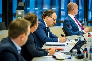 Minister Wouter Koolmees (3e van links) tijdens een overleg in de Tweede Kamer over het Actieplan arbeidsmigratie. - Foto: ANP