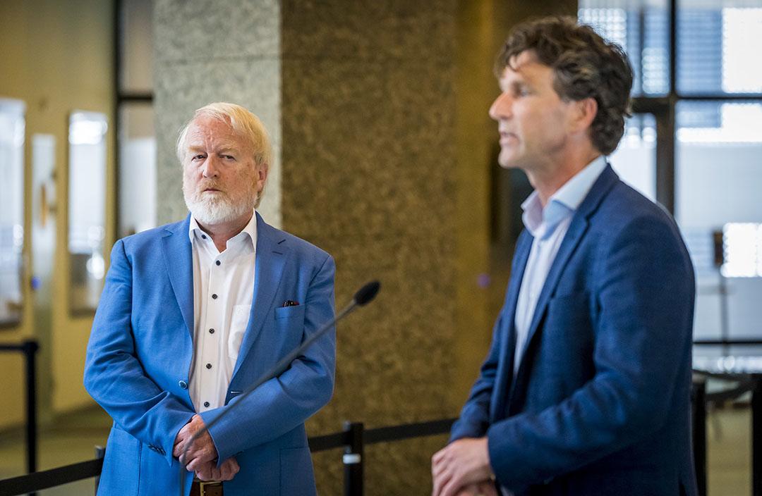 Tijdens een technische briefing praatte Arjan Stegeman van de faculteit diergeneeskunde en Jaap van Dissel van het RIVM (links) Tweede Kamerleden bij over de besmettingen met het coronavirus op nertsenbedrijven. - Foto: ANP