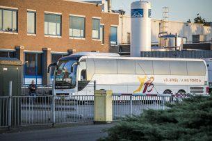 Een touringcar arriveert bij slachthuis van Vion. Vion zet touringcars in om medewerkers naar het werk te brengen. Het dragen van mondkapjes in de bussen is verplicht. - Foto: ANP