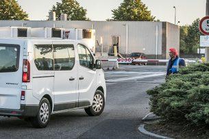 Medewerkers van vleesverwerker Vion arriveren bij het slachthuis. In een busje is de richtlijn niet meer dan een persoon per zitrij, zover mogelijk uit elkaar. Foto: ANP