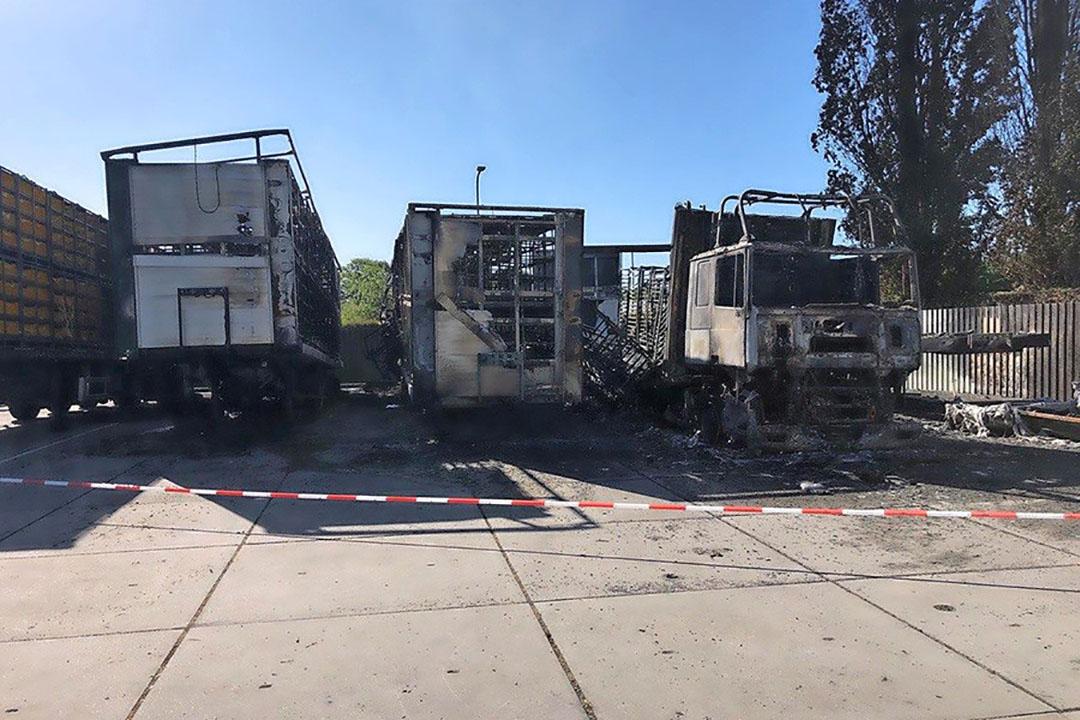 Bij een brand bij eendenslachterij Tomassen Duck-To gingen donderdagnacht vijf vrachtwagens in vlammen op. - Foto: Omroep Gelderland