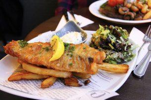 Er is sprake van enig herstel door het geleidelijk openen van burgerrestaurants, fish and chip-shops en dergelijke. Foto: Canva