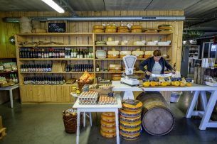 Een boerderijwinkel. Tijdens de coronacrisis kiezen steeds meer consumenten ervoor om producten rechtstreeks van de boer te halen. - Foto: Roel Dijkstra