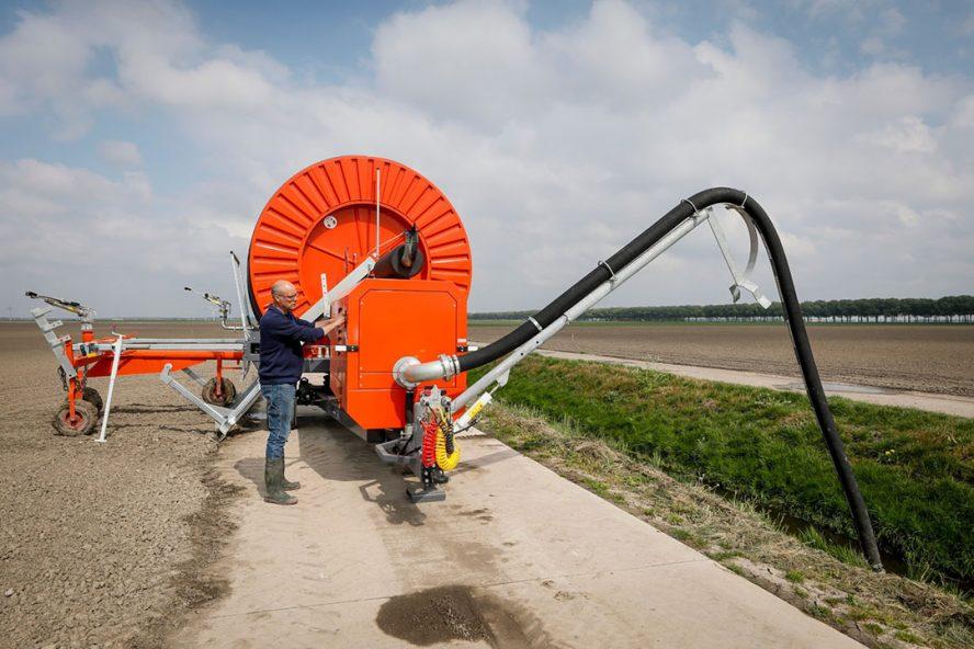 Gebruik van oppervlaktewater voor beregeningen is op steeds meer plekken in het land niet toegestaan. - Foto: Koos Groenewold