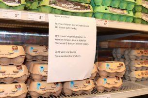 Jumbo-eierschap: hamsteren is niet nodig. Daarom maximaal 2 doosjes eieren per klant. - Foto: Hans Bijleveld
