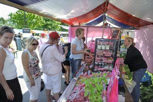 Biologische frambozenkweker op de markt. - Foto: Fotopersbureau Dijkstra
