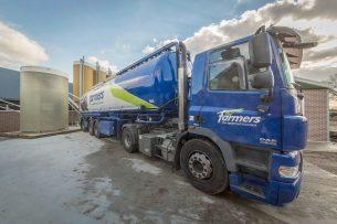 Voer wordt met een bulkwagen door ForFarmers geleverd. - Foto: Koos Groenewold