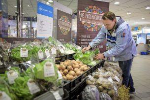 Internationale, lange voedselketens zijn kwetsbaar gebleken. Voedsel-zelfvoorziening op regionaal niveau dient voorop te staan; mondiale afstemming kan regionale tekorten aanvullen, zegt Onno van Bekkum. - Foto: Joep van der Pal