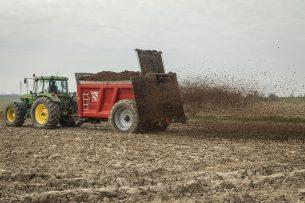 Uitrijden van compost. Ziektewering kan in kasproeven met organisch materiaal gestimuleerd worden. - Foto: Koos Groenewold
