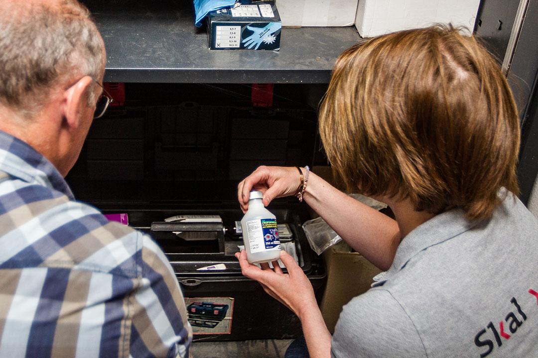 Controle van SKAL Biocontrole op een biologische melkveehouderij. - Foto: Ronald Hissink
