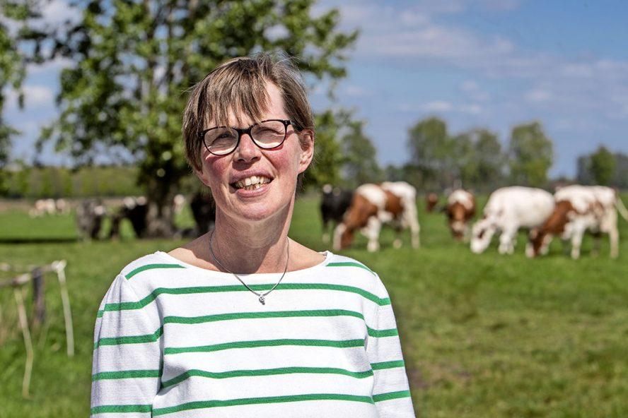 """Joke Kottelenberg: """"We beginnen gewoon stapsgewijs en blijven voorlopig nog wel koeien melken. In het najaar willen we beginnen met de aanplant van hazelaars."""" - Foto: Ronald Hisisnk"""