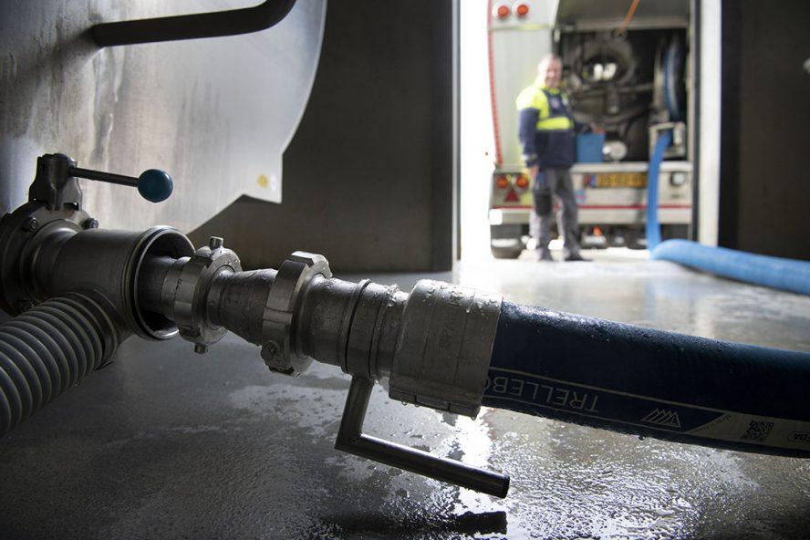 RMO van FrieslandCampina haalt melk op bij een melkveehouder. Het bedrijf verhoogt de melkprijzen in juli en augustus- Foto: Mark Pasveer
