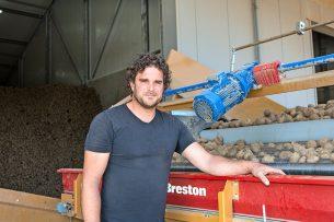 Akkerbouwer Erik van der Heijden gaat zijn fritesaardappelen uitdelen aan consumenten. - Foto: Peter Roek