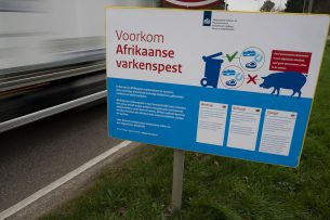 Waarschuwingsborden tegen verspreiding Afrikaanse varkenspest.- Foto: Twan Wiermans