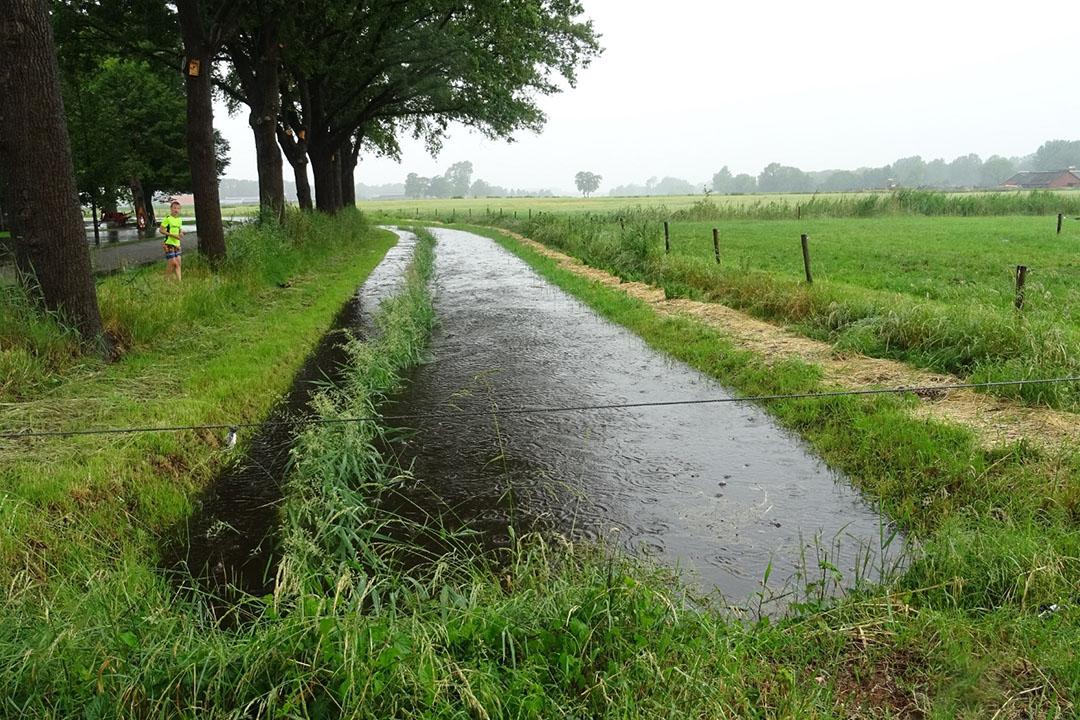 De Roetenbeek in Meddo (Gld.) stond zondag 14 juni tot de rand gevuld na hoosbuien. - Foto: Ans Prinsen, weerstation Meddo