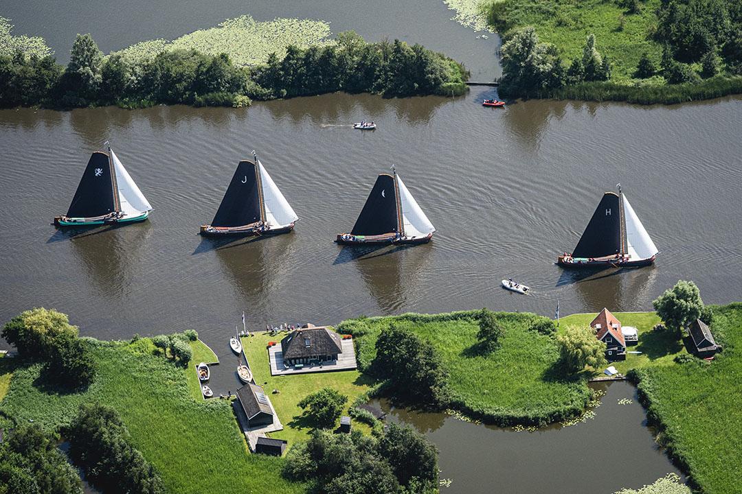 Friese platbodems op de meren van Friesland. Door de waterstand te verhogen op de Friese boezem is er meer water voor de polders beschikbaar. - Foto: ANP