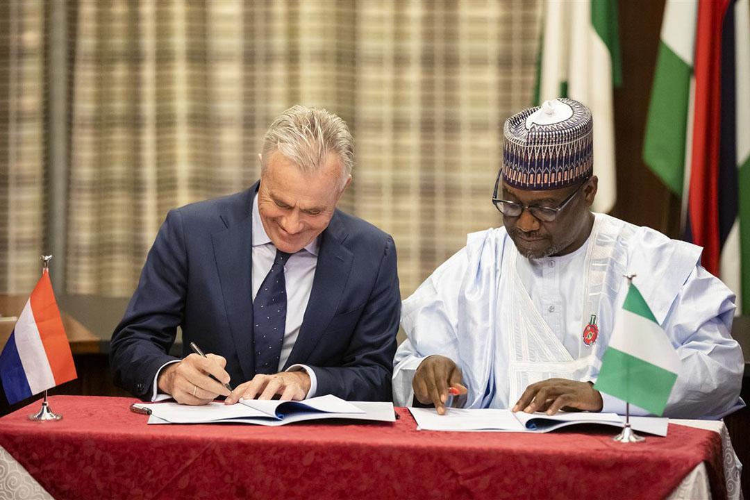 Eind vorig jaar ondertekende Roel van Neerbos (FrieslandCampina) en Abubakar Sani Bello, gouverneur van Niger state, een partnership agreement. - Foto: ANP