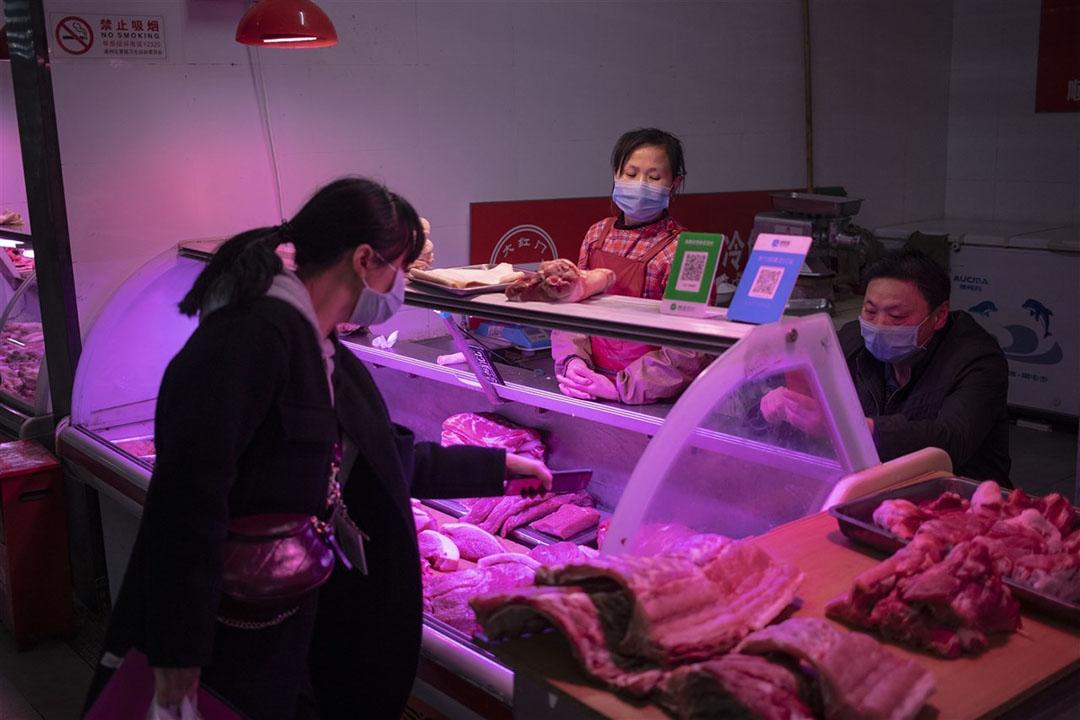 Verkoop van varkensvlees in China. De wereldwijde varkensmarkt is flink verstoord. - Foto: ANP