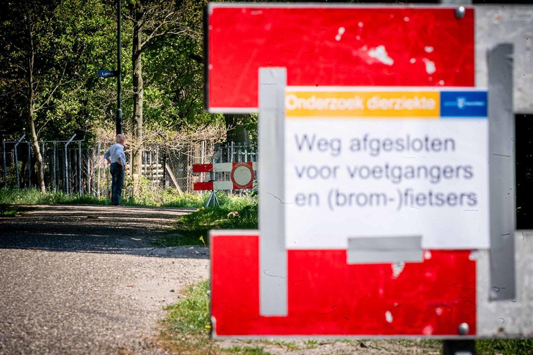 Bij een met het coronavirus besmette nertsenfokkerij in Noord-Brabant zijn borden geplaatst. - Foto: ANP