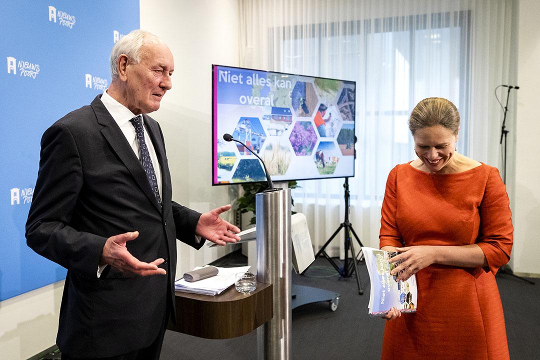 Minister Carola Schouten in gesprek met voorzitter Johan Remkes (L) na afloop van de presentatie van het eindrapport van het Adviescollege Stikstofproblematiek. Foto: ANP