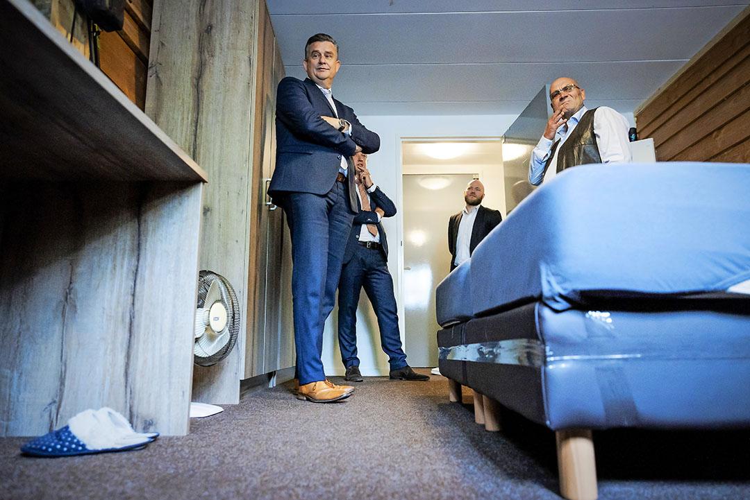 Emile Roemer op werkbezoek op een huisvestingslocatie van arbeidsmigranten in de Betuwe. Nog maar één persoon per kamer is één van zijn aanbevelingen. Foto: Robin van Lonkhuijsen