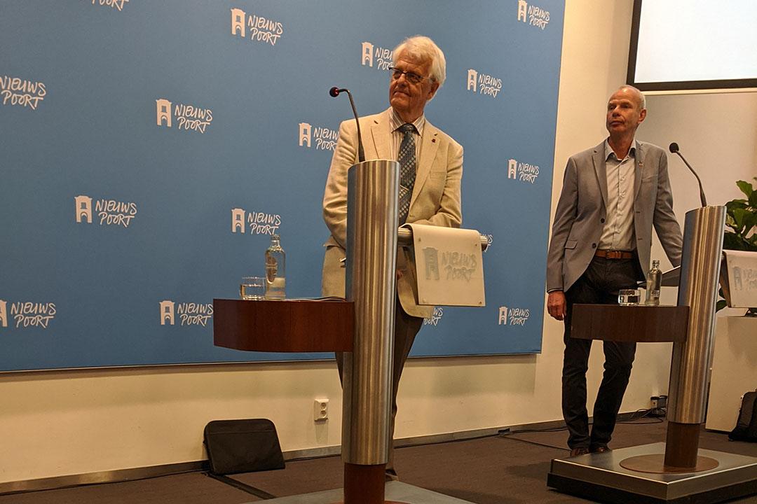Voorzitter Leen Hordijk (links) en commissielid Jan Willem Erisman bij presentatie eindadvies. - Foto: Jan Braakman