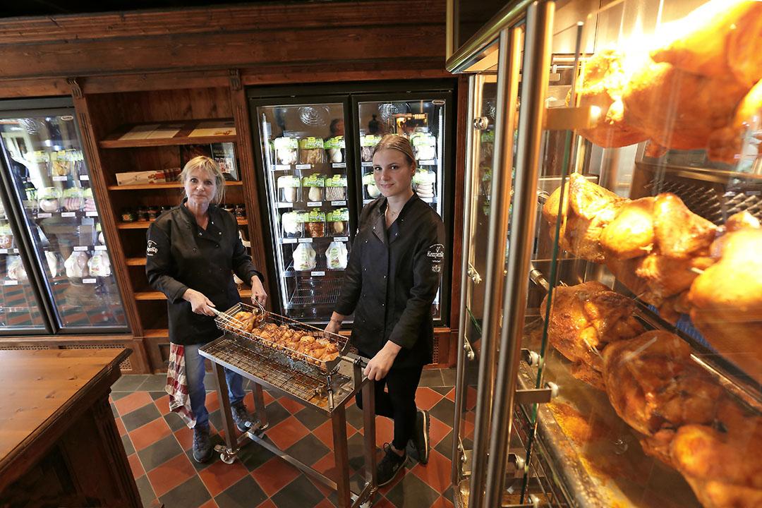 Verkoopsters Francis van Aken (l) en Esmée Capel in de winkel van KemperKip in Zelhem.