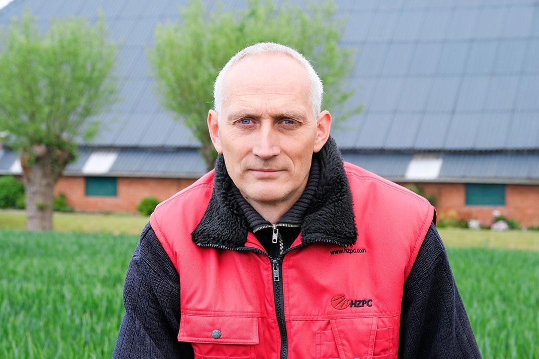 Egbert de Vries (49) heeft in Kantens (Gr.) een akkerbouwbedrijf met 25 hectare pootaardappelen, 11,5 hectare suikerbieten, 33,5 hectare granen en 6 hectare graszaad. - Foto: Jan Willem van Vliet
