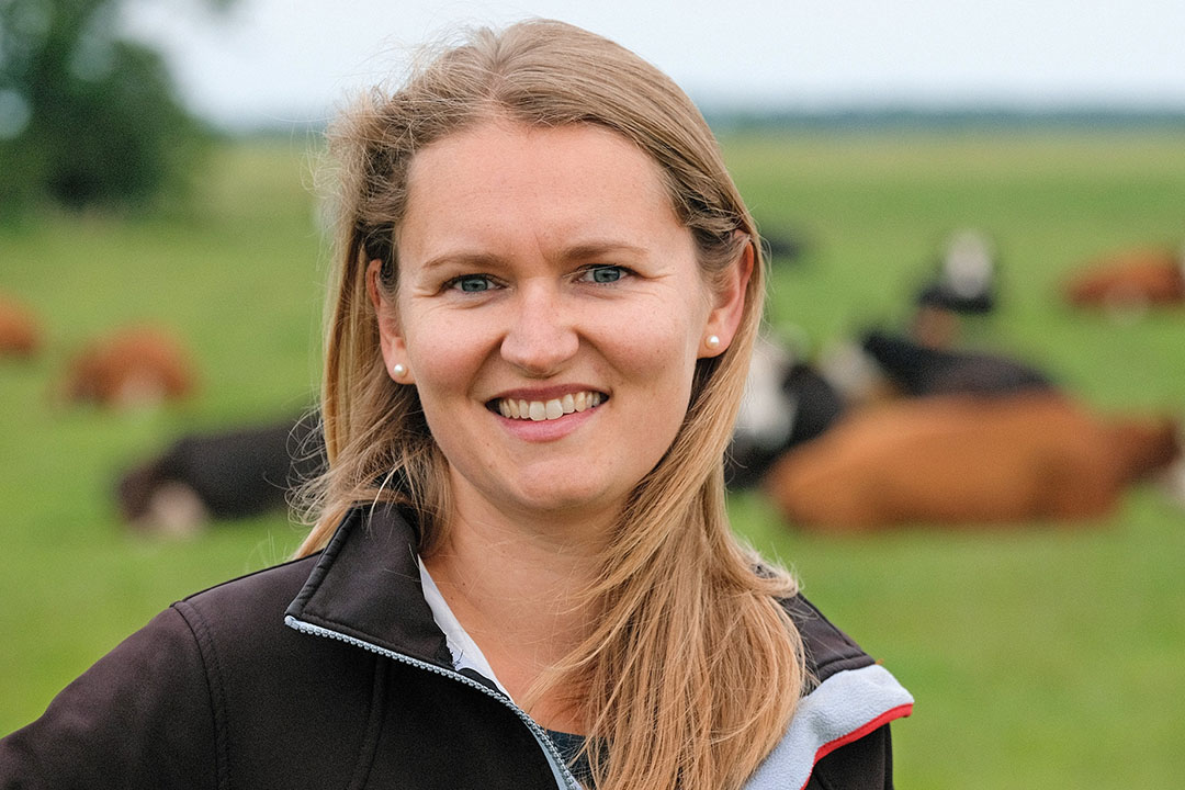 Jessica Tepper (35) heeft met Maurits (40) in Leutingewolde (Dr.) een vlees- en melkveebedrijf met 147 Groninger Blaarkoppen en 180 hectare (60 hectare natuur) in gebruik: natuurboerderij Eytemaheert. - Foto: jan Willem van Vliet
