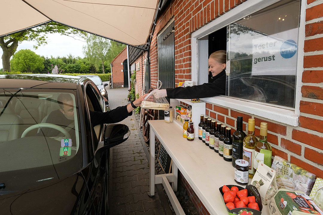 Tijdens de lockdown kopen meer mensen direct bij boer of tuinder. - Foto: Jan Willem van Vliet