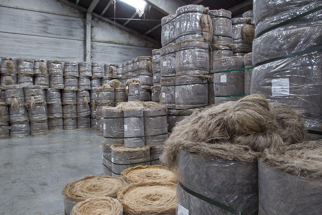 Opslag van vlas. De crisis in de textielindustrie raakt ook de vlassector. Europa is wereldwijd de belangrijkste leverancier van lange vlasvezels voor textiel. Foto: Peter Roek