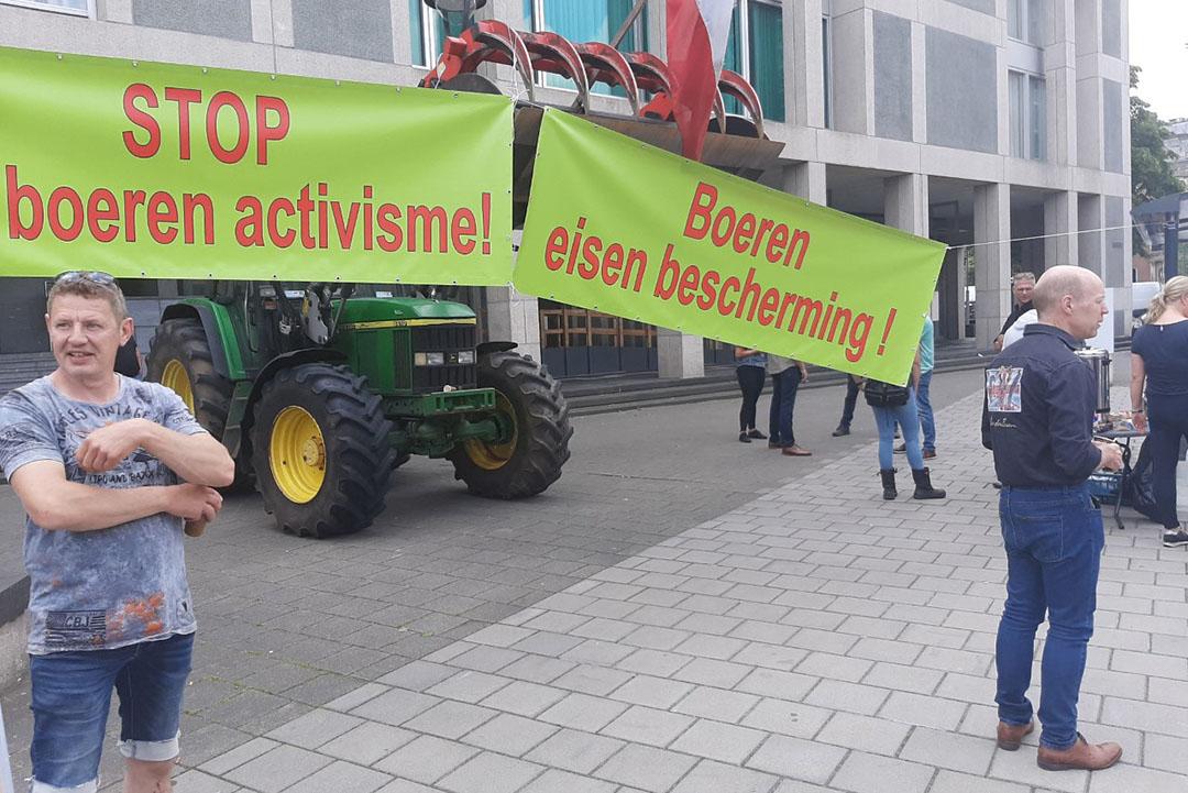 Konijnenhouder Henk Oonk staat rechts in het beeld. - Foto: Lydia van Rooijen